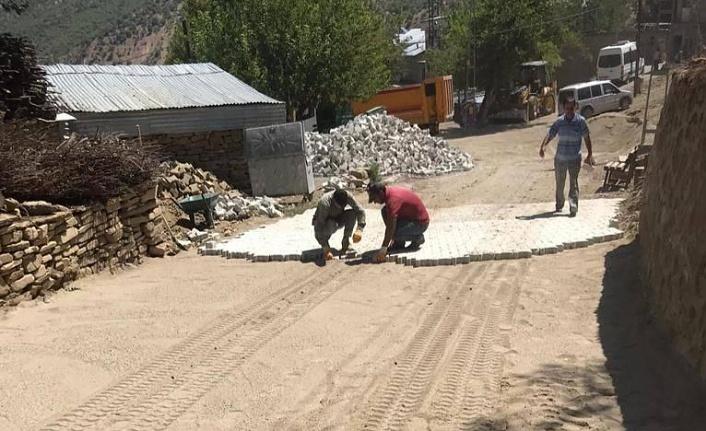 Arıcak'ta  Yoğunbilek Köyünde KÖYDES programı kapsamında parke çalışması